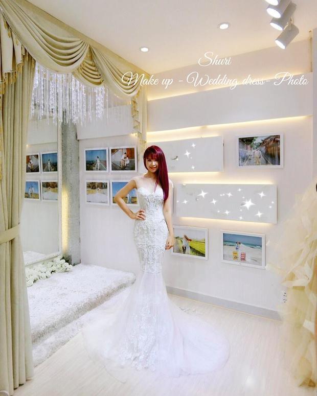Khởi My diện bộ váy cưới đính gần 8.000 viên pha lê.