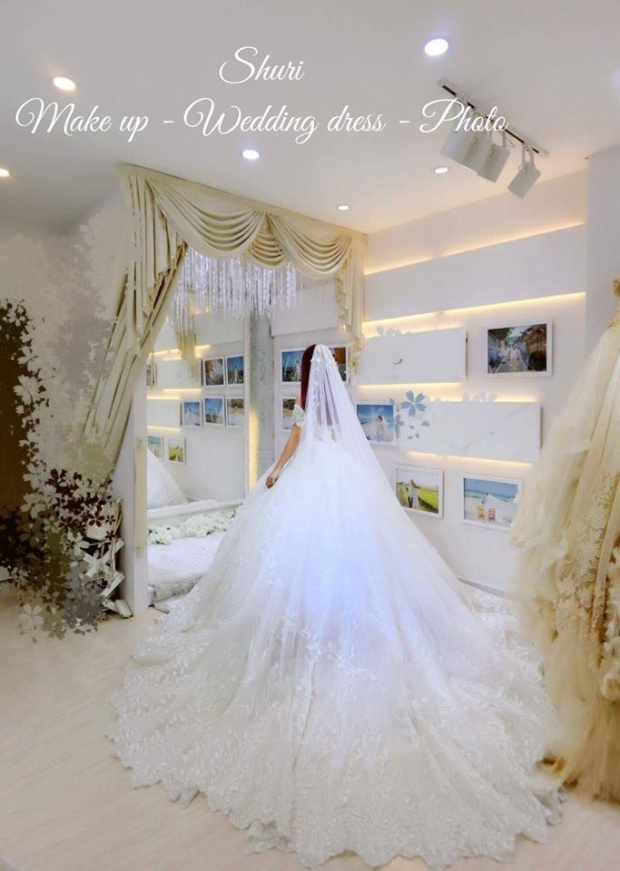 Cận cạnh phía sau bộ váy cưới…