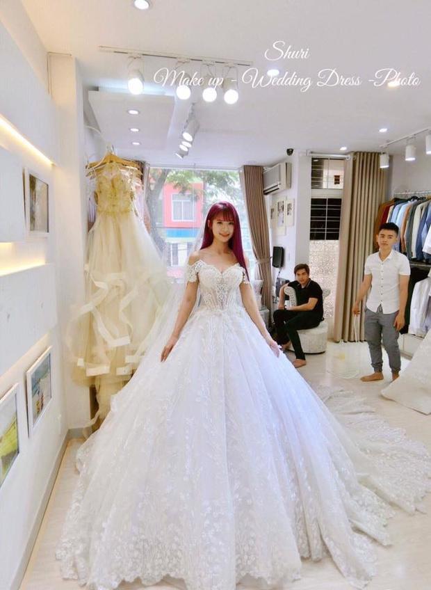 Cũng trong lần thử váy cưới, Khởi My cũng diện một bộ trang phục lộng lẫy khác.