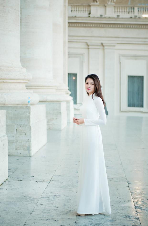 Bộ trang phục truyền thống thu hút không ít sự chú ý của khách tham quan.