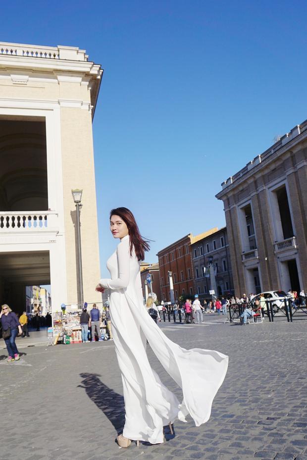 Á hậu Thùy Dung khoe vẻ đẹp tinh khôi với áo dài trắng tại Vaticane
