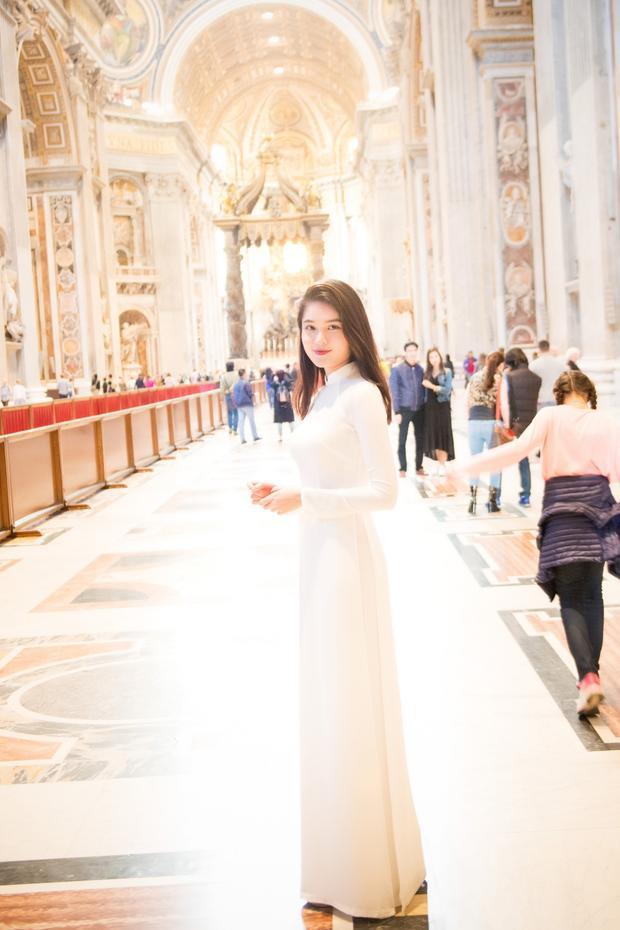 Cô vô cùng choáng ngợp bởi kiến trúc lộng lẫy bên trong tòa thánh và những tác phẩm nghệ thuật đỉnh cao được lưu giữ qua nhiều thăng trầm của lịch sử.