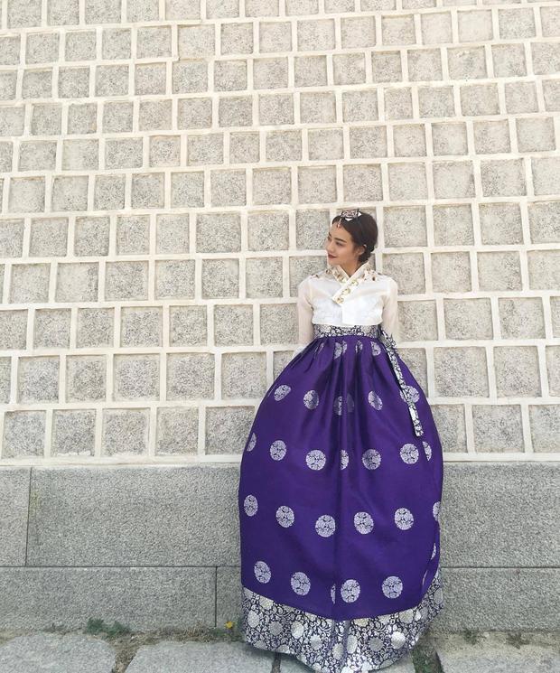Diện trang phục truyền thống tông xanh trắng, Kiều Ngân nhận được nhiều lời khen từ những người bạn Hàn Quốc.