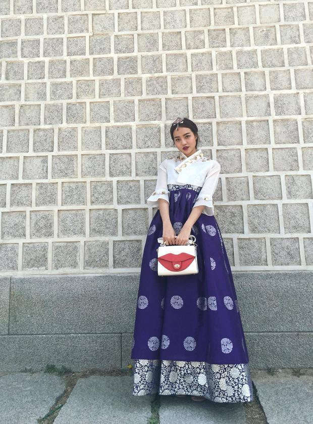 Trong bộ Hanbok truyền thống của Hàn Quốc, Kiều Ngân trông thật xinh đẹp và dịu dàng như nàng Dae Jang Geum trong bộ phim truyền hình cùng tên rất nổi tiếng của quốc gia này.
