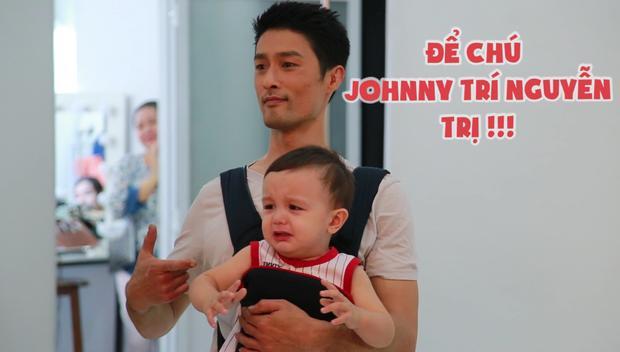 """Johnny Trí Nguyễn rất cố gắng hoàn thành nhiệm vụ """"vú em"""" của mình trên phim trường."""