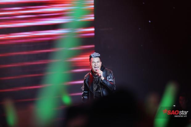Dù chưa vướng phải chuyện tình cảm nhưng Ngô Anh Đạt vẫn thể hiện rất tốt và đem hết cảm xúc của mình vào ca khúc Não cá vàng trên sân khấu vòng loại trực tiếp The Voice.