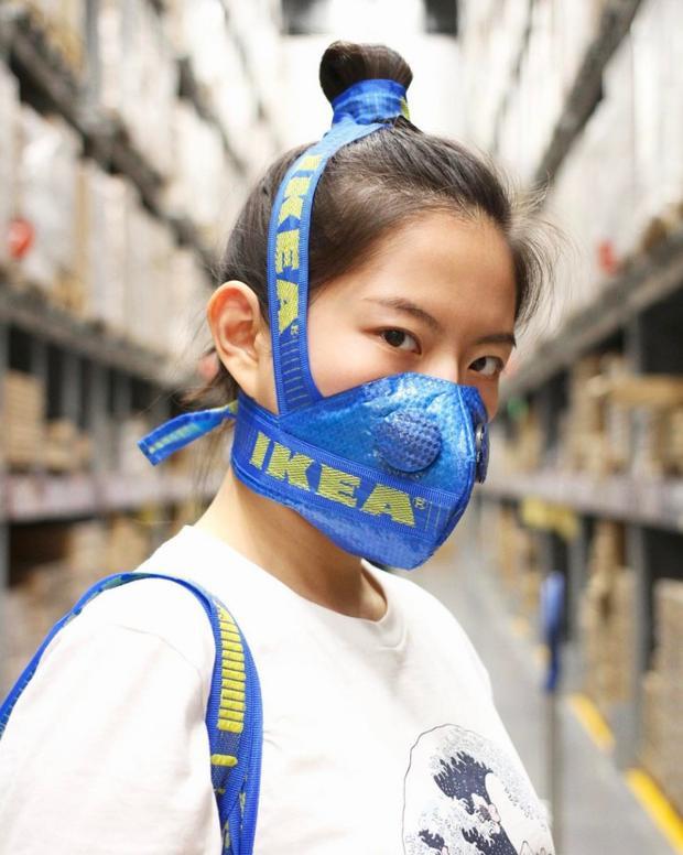"""Chắc bạn còn nhớ Zhijun Wang - anh chàng Trung Quốc từng mạnh tay phá banh """"cục cưng"""" giới chơi giày nhưYeezy Boost 350 """"Beluga"""", Air Max Vapormax, Acronym x NikeLab Air Presto… làm khẩu trang chống độc. Hòa dòng thế sựhay chùn tay trước những lời chỉ trích màlần này,Zhijun Wang đã tung mẫu thiết kế từ túi nhựaFrakta rẻ bèo."""