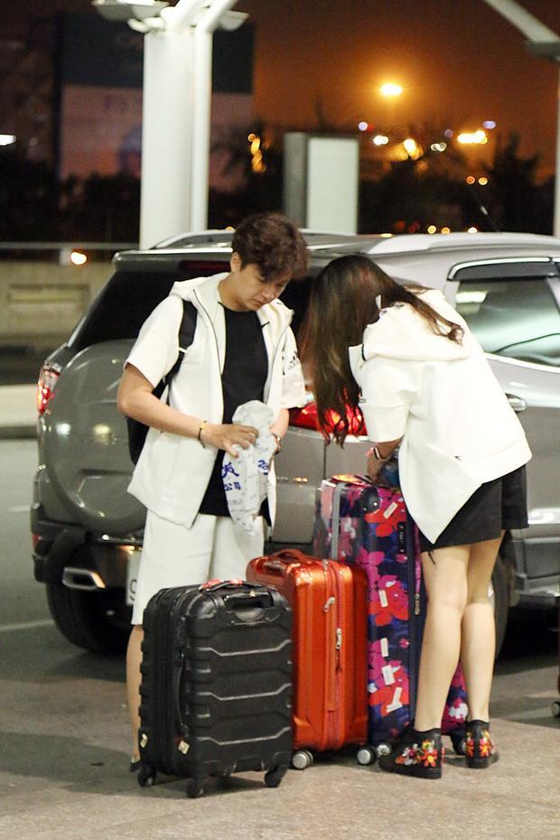 Sự xuất hiện của Ngô Kiến Huy và bạn gái Khổng Tú Quỳnh nhanh chóng thu hút sự quan tâm của nhiều hành khách có mặt tại sân bay.