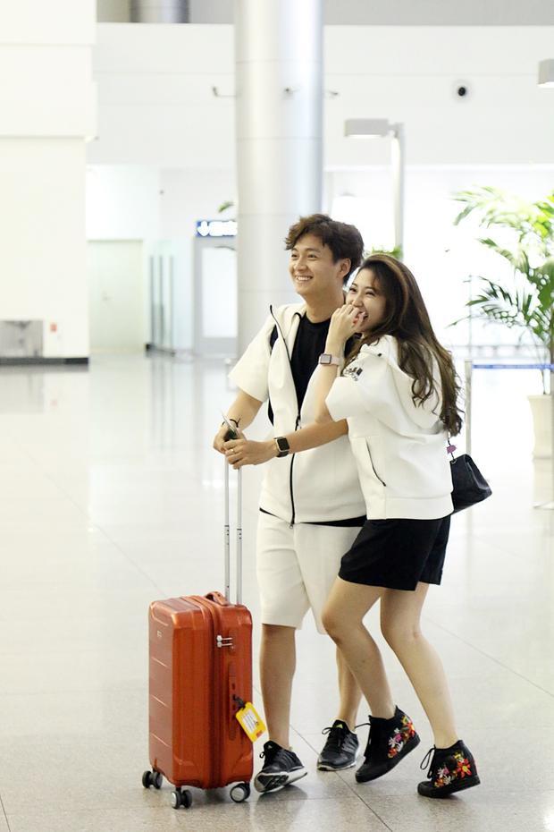 Bắt gặp Ngô Kiến Huy và Khổng Tú Quỳnh ton-sur-ton tại sân bay