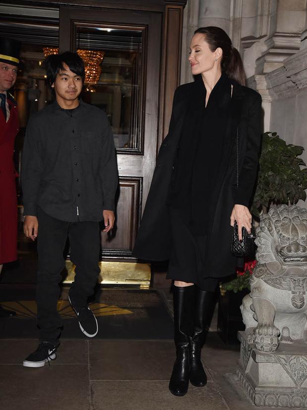 Cô cùng con trai nuôi người Campuchia - Maddox cùng nhau rời khách sạn để đến cung điện Buckingham ởLondon hôm14/3.