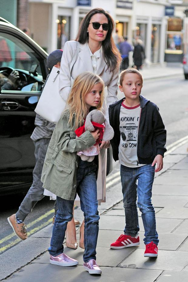 Hôm 13/3, cô cùng Vivienne, Knox, và Shiloh đến một nhà sách ở London.