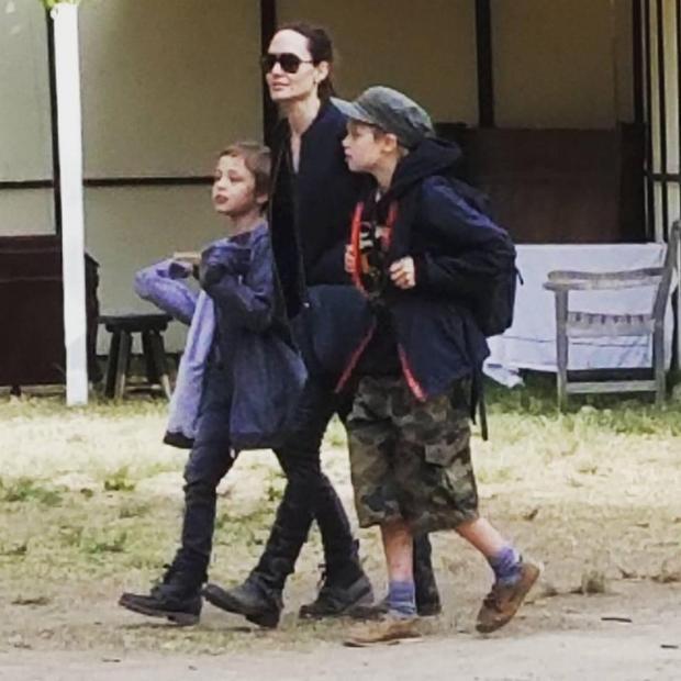 Vào sáng ngày 6/5, Angelina Jolie đưa hai con ruột là cặp song sinh Shiloh và Knox vui chơi tại hội chợ Phục hưng ở California.Angelina Joliedù khá gầy nhưng tinh thần của cô đã khởi sắc khi đi cùng các con.
