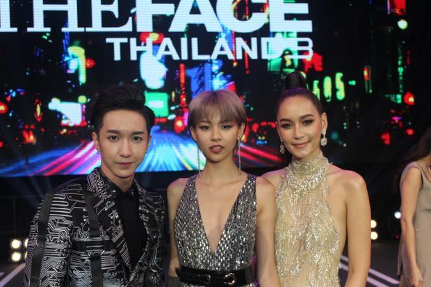 Dolịch trình bận rộnHLV Bee Namthip không kịp ở lại nhận phỏng vấn nhưng cô vẫn có những khoảnh khắc trò chuyện, giao lưu cùng các đại diện đến từ The Face Việt Nam.