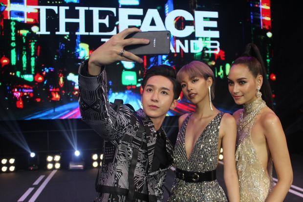 """Cả ba vui vẻ cùng """"selfie"""" trong lần đầu gặp mặt."""