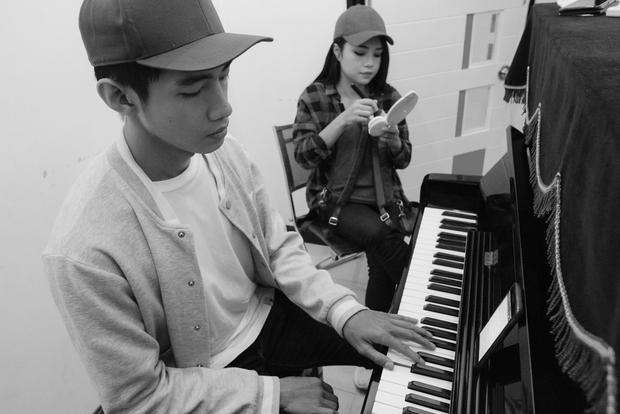 Nam dancer bất ngờ trổ tài chơi đàn piano.