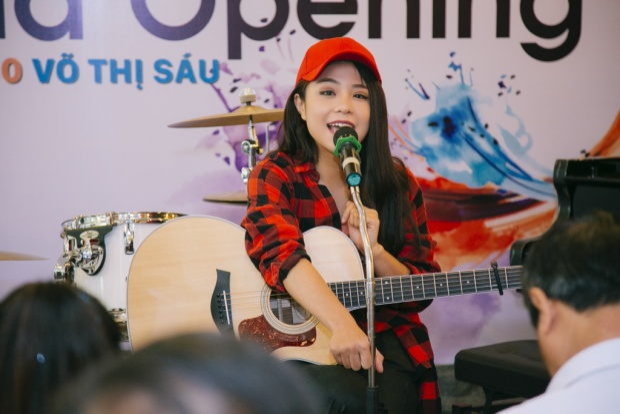 Quang Đăng lái xe máy chở Thái Trinh dự sự kiện, bất ngờ trổ tài chơi piano
