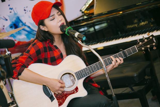 Thái Trinh vẫn song hành cùng chiếc đàn guitar quen thuộc.