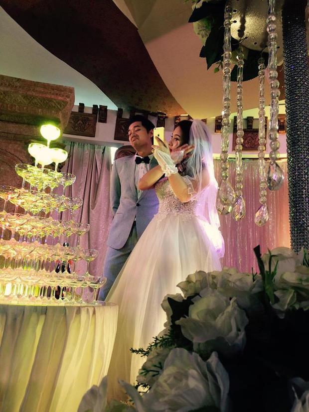 Trước khi cắt bánh cưới, rót rượu mừng cũng phải chụp ảnh cái đã.