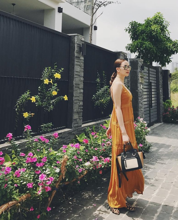 Một chiếc túi Celine Luggage với gam màu trung tính sẽ giúp cô dễ dàng kết hợp cùng nhiều trang phục khác nhau.