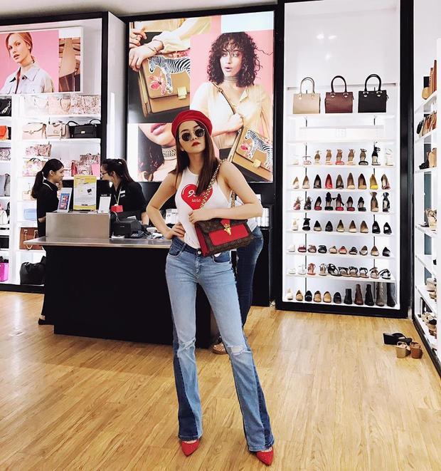 Chiếc túi thứ 2 cũng thuộc về thương hiệu Louis Vuitton được Bảo Trang check in tại không gian của một store sang trọng.