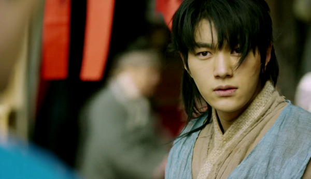 Chẳng những là một người thuộc tầng lớp nghèo nàn, nhân vật của INFINITE L còn bán thịt và đóng giả thành thế tử Lee Sun (Yoo Seung Ho).