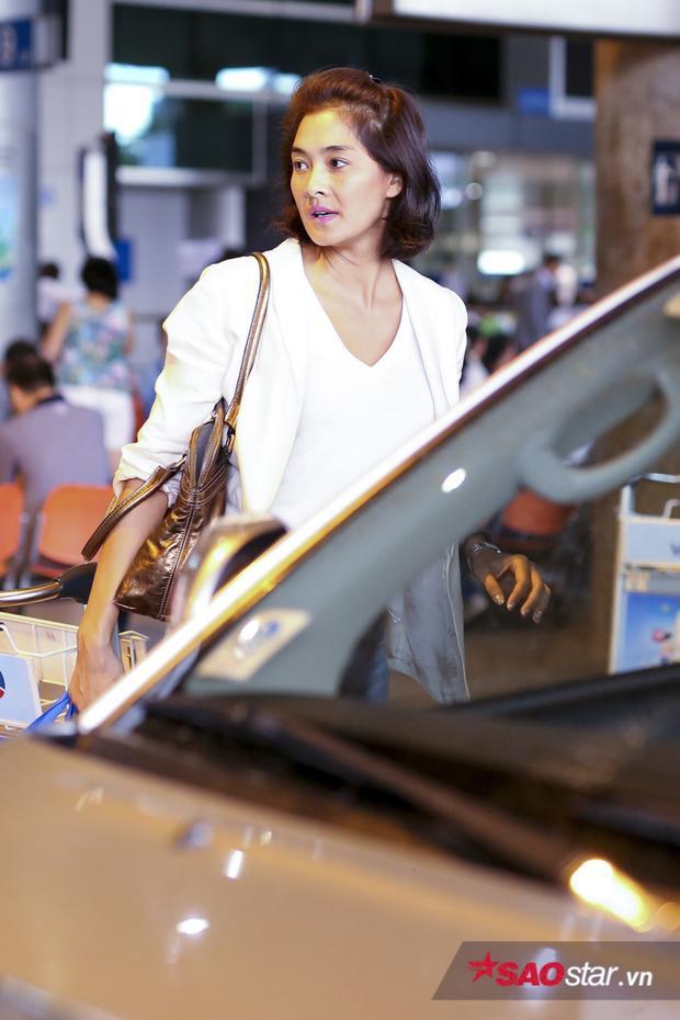 Nữ HLV nhanh chóng lên xe ô tô chờ sẵn.