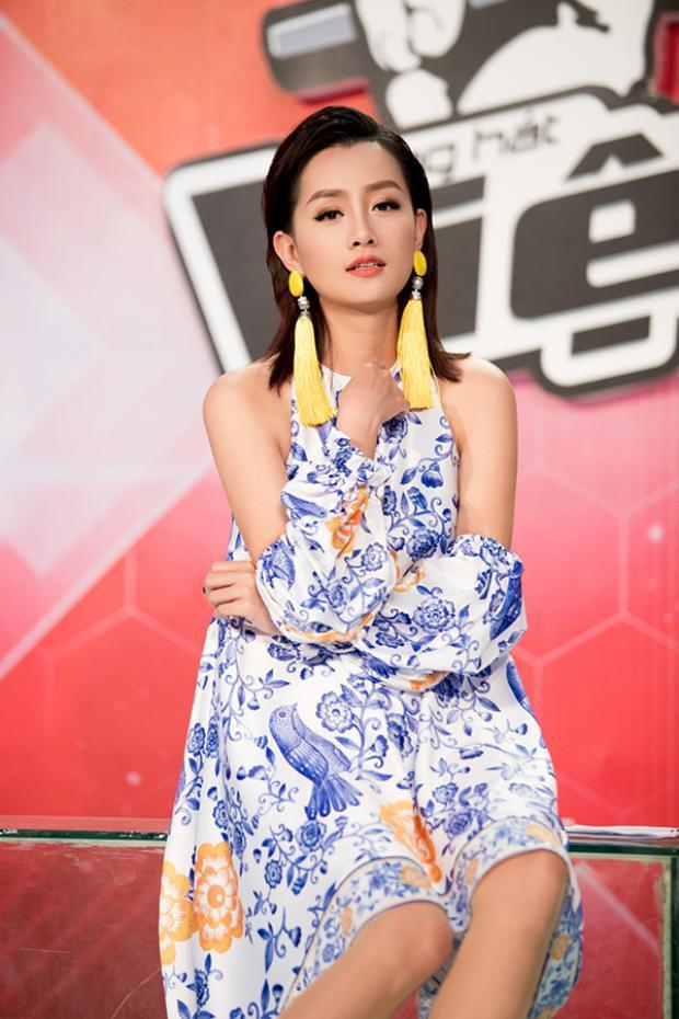 Nữ MC luôn thu hút sự quan tâm của mọi người với phong cách thời trang sành điệu.