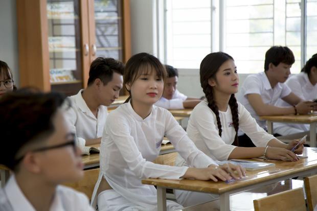 Mỗi người thời đi học đều có 1 nhóm bạn thân, không ít thì nhiều và Hoàng Yến cũng vậy. Thanh Trần - cô nàng diễn viên sitcom nổi tiếng trên mạng với hơn 1 triệu lượt người theo dõi trang cá nhân đã được nữ ca sĩ thuyết phục để tham gia MV cùng.