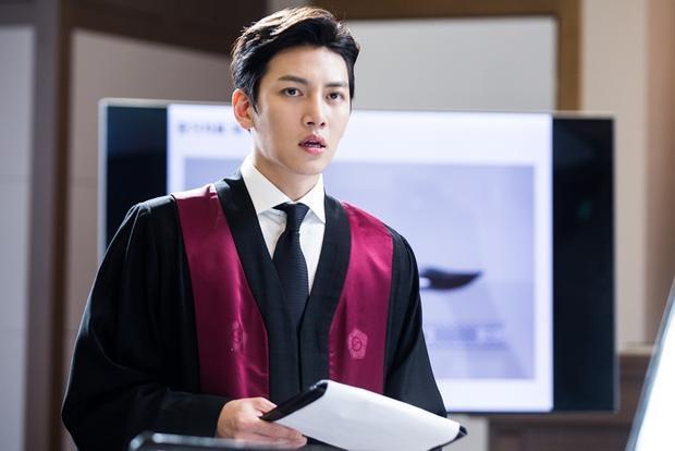 Ji Chang Wook đẹp trai ngời ngời trong trang phục luật sư.