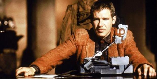Harrison Ford là ngôi sao của phần 1. Nhân vật của ông - Deckard - là một cảnh sát trong lực lượng Blade Runner chuyên lùng bắt những Replicant nổi loạn.