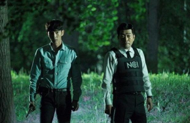 Gạt bỏ hình ảnh đẹp hơn hoa, Lee Jun Ki cool ngầu trong phim hình sự mới