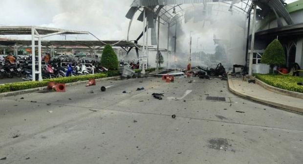 Siêu thị Big C gần như bị phá huỷ hoàn toàn sau vụ nổ kép gây chấn động miền Nam Thái Lan.