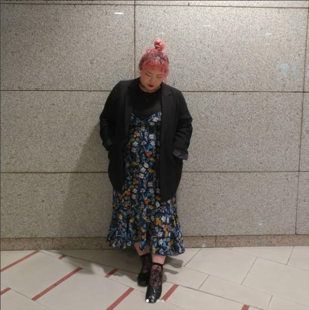 Còn cô nàng có nickname @soon_a chọn cách mix váy yếm hoa hai dây với đồ tối màu từ áo trong, áo vest ngoài đến tất và giày.