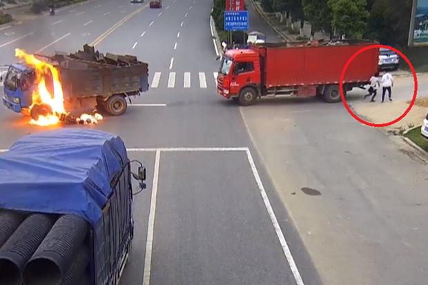 Clip gây tranh cãi: Bỏ chạy hay ở lại giúp đỡ khi xe máy va chạm xe tải bốc cháy?