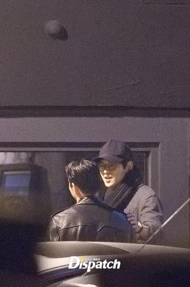 Dù ngụy trang khá kỹ với khăn choàng đen và mũ đen, Kang Dong Won vẫn rất điển traitrong loạt ảnh chụp lén.