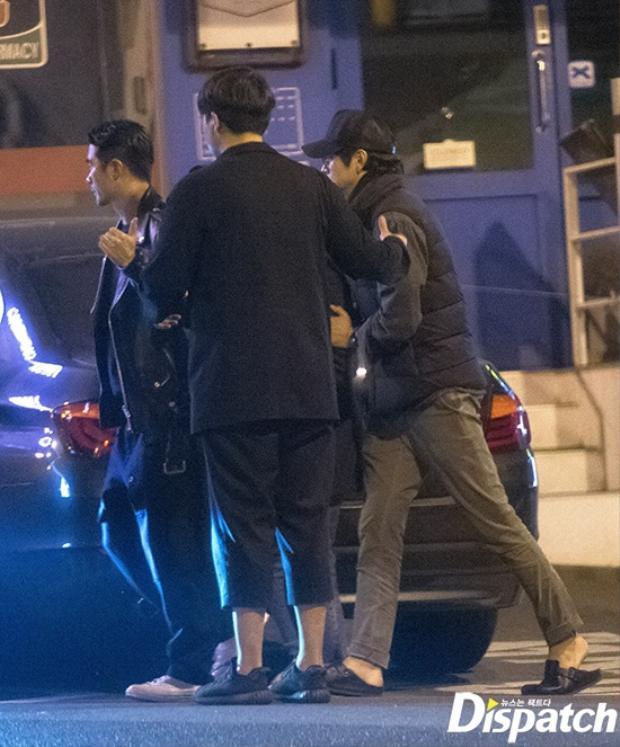 Kang Dong Won cùng những người bạn vào một quán bar ở Itaewon.