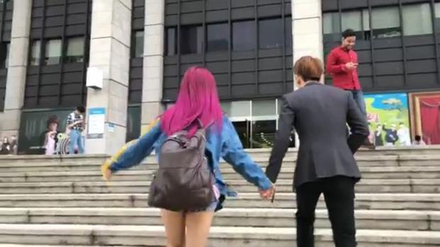 Đi đến đâu, cả hai cũng nắm tay nhau tình cảm.