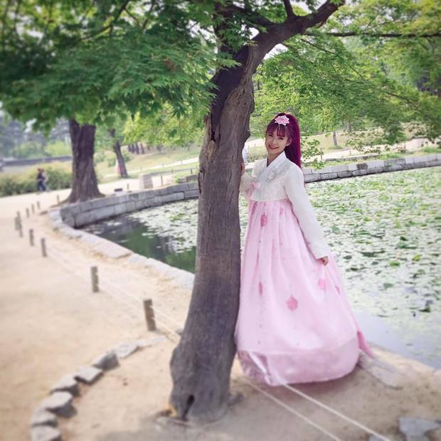Khởi My xinh đẹp chẳng thua kém các mỹ nhân Hàn Quốc khi diện Hanbok.