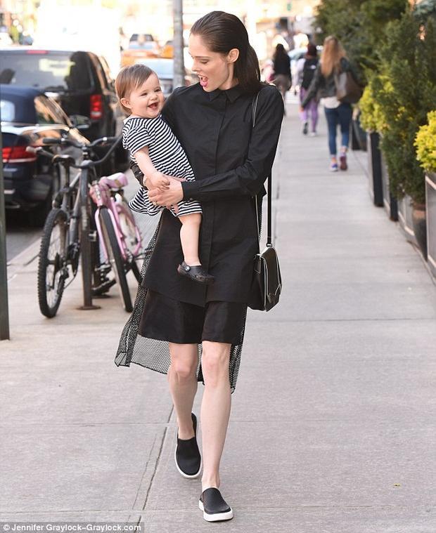 Cô nhóc dễ thương hết nấc, luôn tươi cười và kháu khỉnh. Ngay cả khi dạo phố hai mẹ con vẫn tông xuyệt tông màu đen với nhau.
