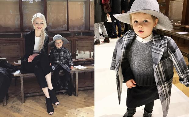 Nhóc Ioni tham dự show của Bonpoint tại tuần lễ thời trang Paris, cô bé ra dáng một fashionista nhí với phong cách thời trang cổ điển của các quý cô Paris.