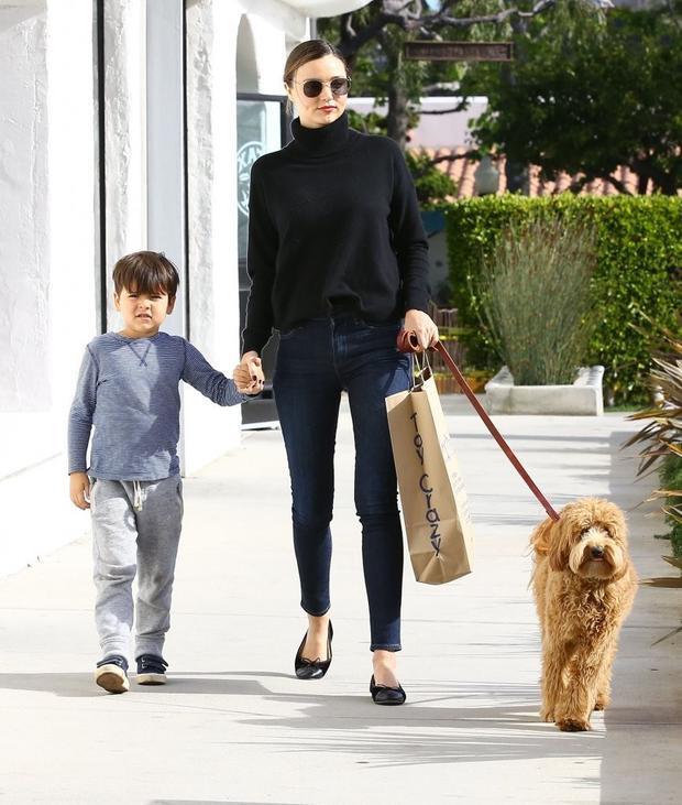 Hai mẹ con khi dạo phố cũng chuộng phong cách năng động, đơn giản.