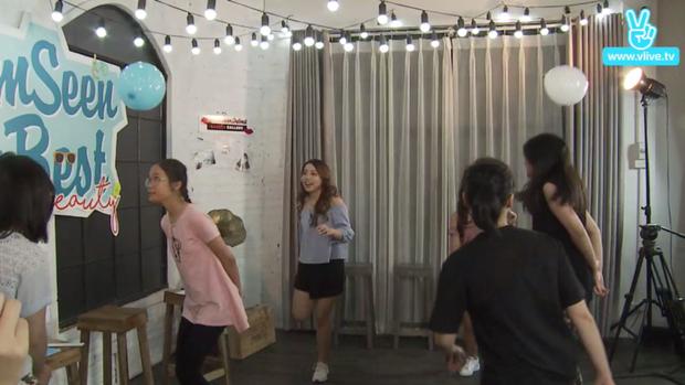 Để thay đổi không khí, mọi người cùng tham gia chơi trò chơi dưới sự hướng dẫn của MC Quỳnh Anh Shyn.