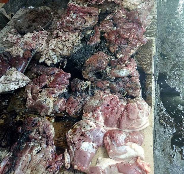 Phản thịt của chị Xuyến đen kịt do bị hắt đầy luyn và chất thải.
