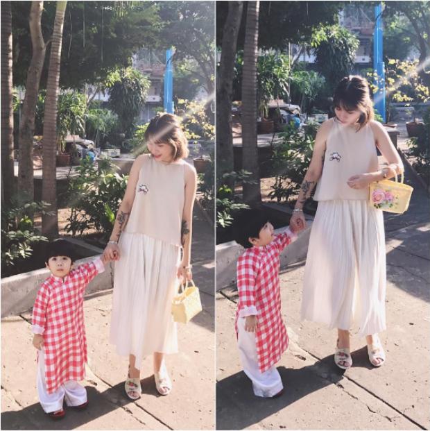 Đơn giản, thanh lịch là cụm từ luôn xuất hiện cùng hai mẹ con nhà stylist Việt. Bé Hehe đáng yêu trong bộ áo dài cách tân kẻ caro.