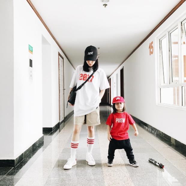 Hai mẹ con luôn trung thành với phong cách của một dancer Hip hop. Áo T-shirt, sneaker, quần thụng, mũ cap là những item không thể thiếu trong tủ đồ của cặp đôi mẹ con này.