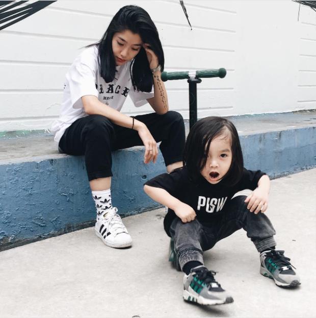 Không ngạc nhiên gì khi bé Pid lại có gu thời trang chất đến thế. Những chiếc áo slogan tee trở thành thương hiệu của mẹ Stu bé Pid.