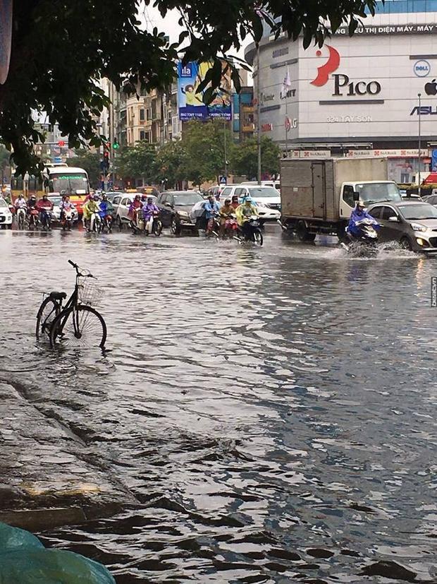 Mưa lớn khiến tuyến đường đi qua khu vực siêu thị Pico ở Tây Sơn bị ngập sâu.Nguồn: facebook
