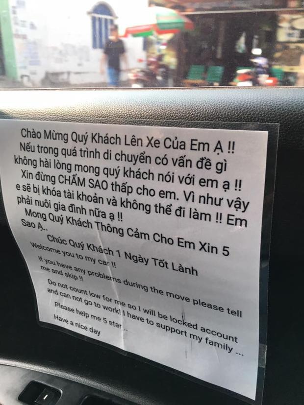 Không chỉ có ở Grab, mẩu giấy xin sao còn xuất hiện trên xe chạy dịch vụ Uber.