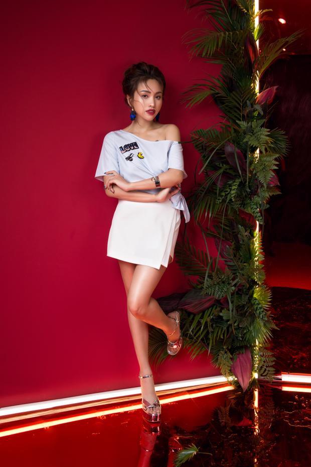 Trong concept thực hiện bộ hình, Vân Hugo được chọn layout make up style Hàn vô cùng nữ tính và điệu đà - đây cũng là xu hướng làm đẹp của giới trẻ hiện nay.