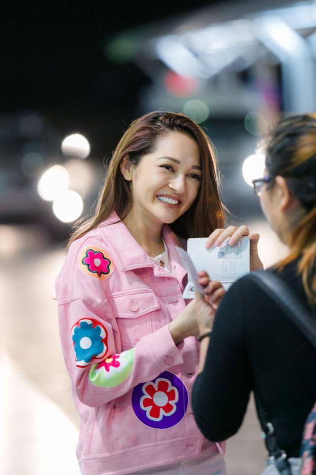 Khán giả nhận ra Bảo Anh và xin chụp ảnh cùng. Tuy khá mệt mỏi nhưng cô vẫn tươi cười thân thiện chào hỏi.